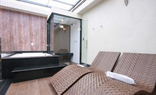 img-suite-50-tons-de-cinza-banheiro-classea-motel