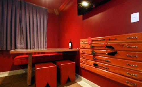 img-suite-50-tons-de-cinza-mesa-classea-motel