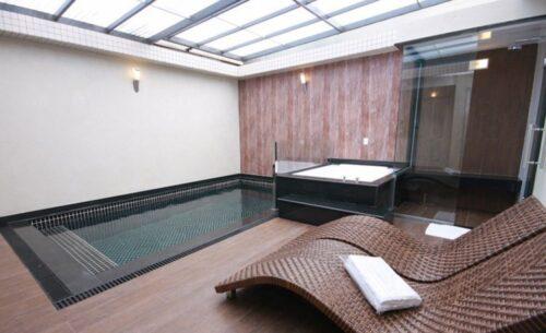 img-suite-50-tons-de-cinza-teto-solar-classea-motel