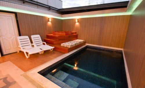 img-suite-piscina-sauna-e-ofuro-teto-solar-classea-motel
